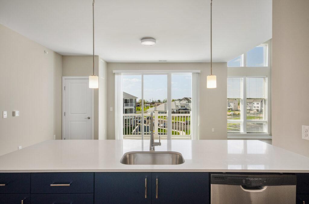 942 square feet 1BR kitchen island